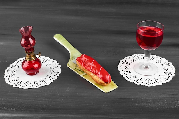 Aardbeien-eclair met een glas wijn.