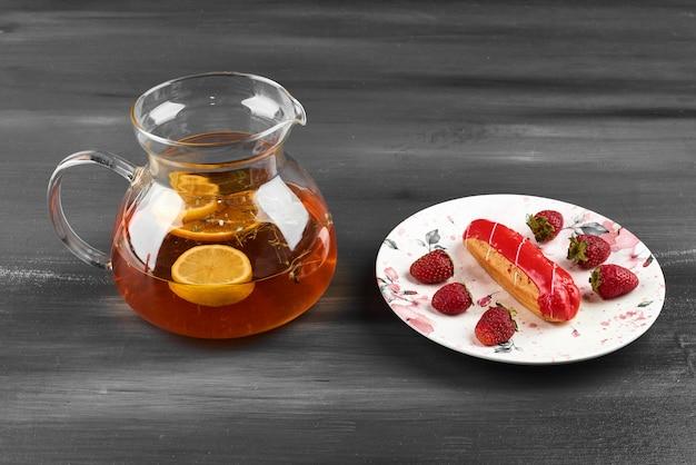 Aardbeien-eclair met een potje drank.