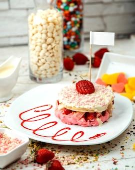 Aardbeien en bananen pannenkoek bedekt met chocolade ballen