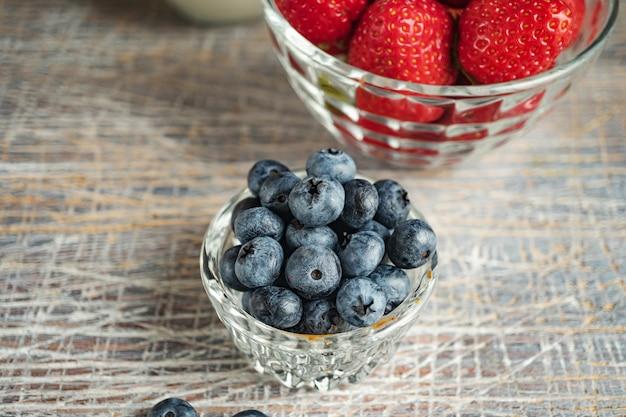Aardbeien en bosbessen als dessert close-up