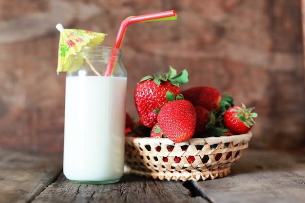 Aardbeien en melk in een glas