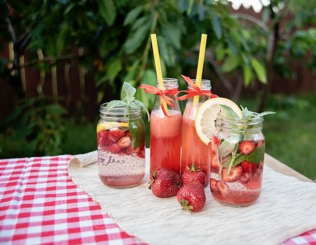 Aardbeien en mint toegediend detoxwater.
