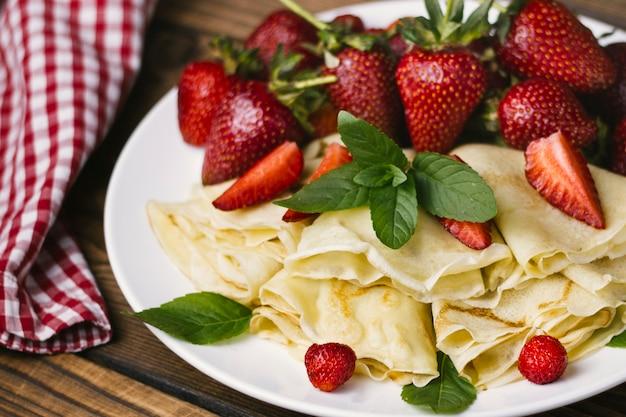 Aardbeien en pannenkoeken close-up