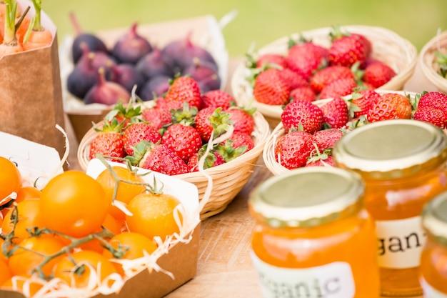 Aardbeien en tomaten op tafel