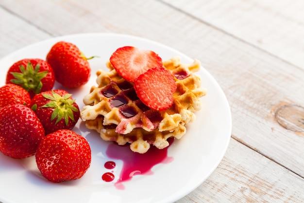 Aardbeien en wafel op een witte plaat