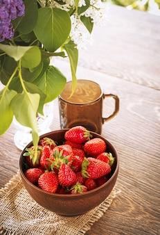 Aardbeien in een kom op houten tafel