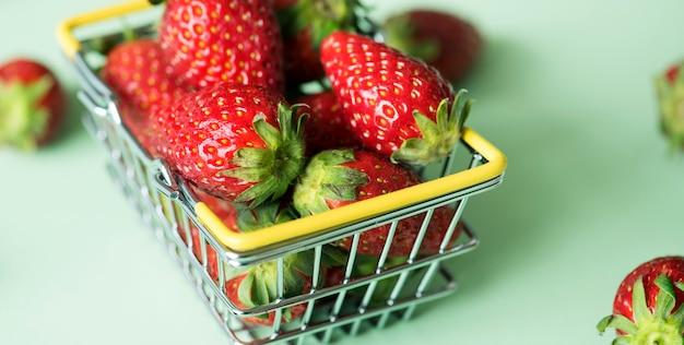Aardbeien in een winkelmandje