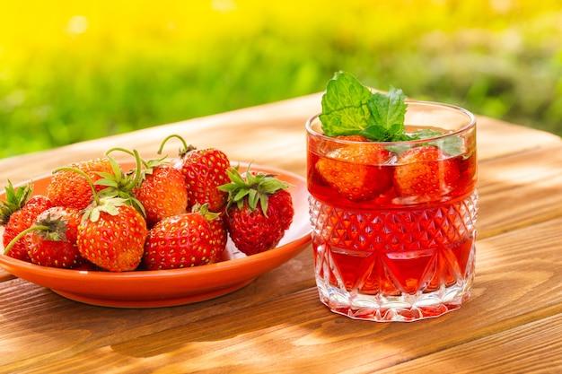 Aardbeien in plaat op tafel en vers drankje