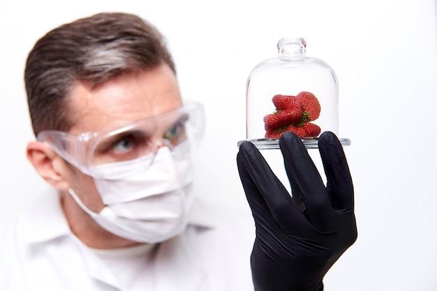 Aardbeien met een vreemde vorm onder een glas