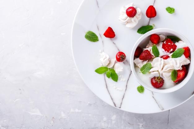Aardbeien met slagroom en meringue
