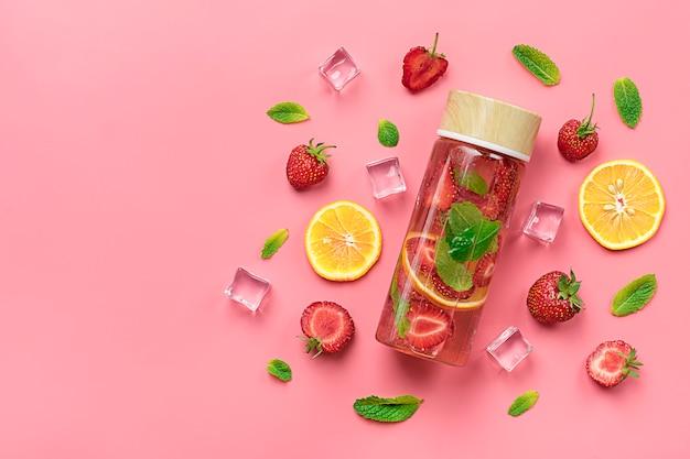 Aardbeien met water, cocktail, limonade of thee.