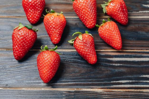 Aardbeien op een houten bord. patroon van fruit.