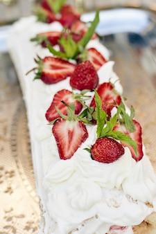 Aardbeien op een taart met witte room