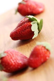 Aardbeien op houten oppervlak