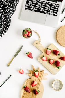 Aardbeien op kantoor aan huis bureau met laptop. plat leggen