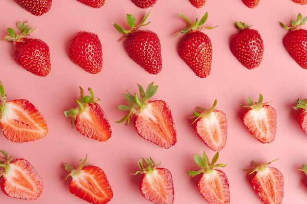Aardbeien op roze. vers biologisch voedsel