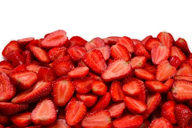 Aardbeien plakjes. verse bessenmacro. vruchtenachtergrond. bovenaanzicht.