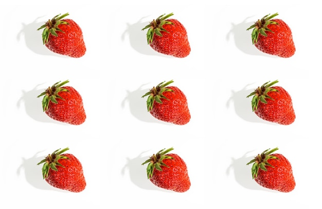 Aardbeien plat leggen op wit Premium Foto