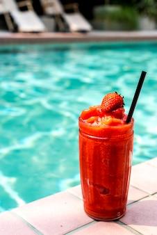 Aardbeien smoothie bij het zwembad