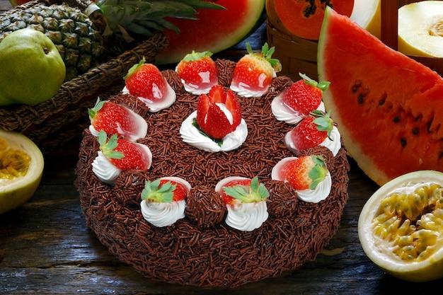 Aardbeien verjaardagstaart met slagroom en chocolade