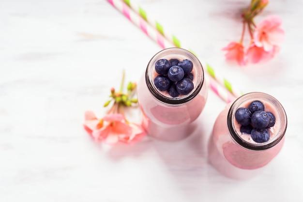 Aardbeienbanaan smoothie gegarneerd met bessen