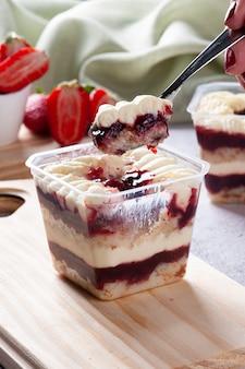 Aardbeiencake in de pot voor levering. ruimte kopiëren.