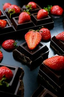 Aardbeiendessert in chocolade tegen een donkere achtergrond