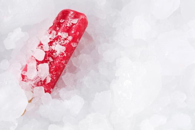 Aardbeienijslollys op ijsblokjes
