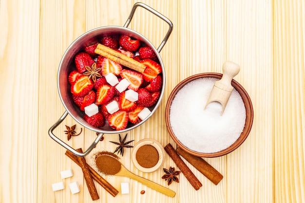 Aardbeienjam. ingrediënten voor het maken van zelfgemaakt zoet dessert
