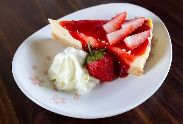 Aardbeienkaas cake met slagroom