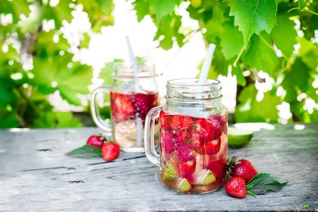 Aardbeienlimonade met limoen