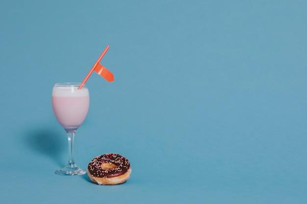 Aardbeienmelk en donut