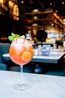 Aardbeienpassievruchtcocktails die glas drinken