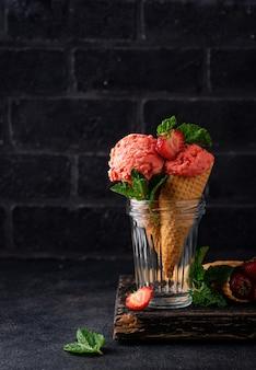 Aardbeienroomijs in wafelkegel