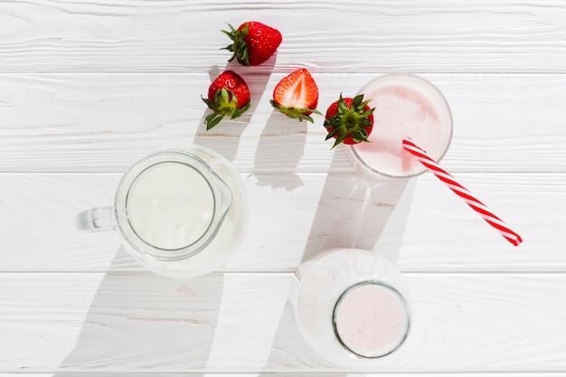 Aardbeiensmoothie en melk in kruik