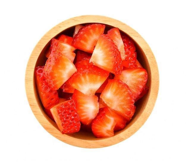 Aardbeienstukjes in houten kom