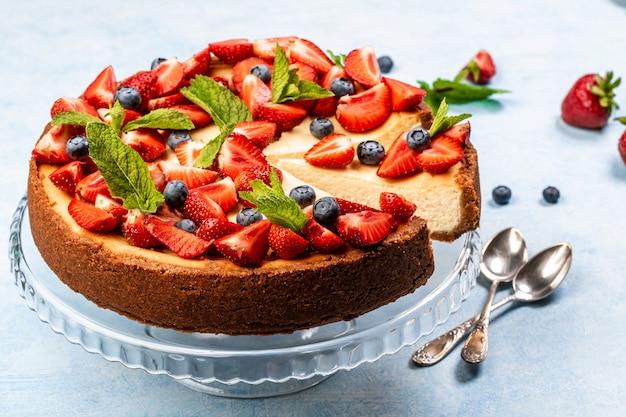 Aardbeientaart. heerlijke zelfgemaakte cheesecake met bessen