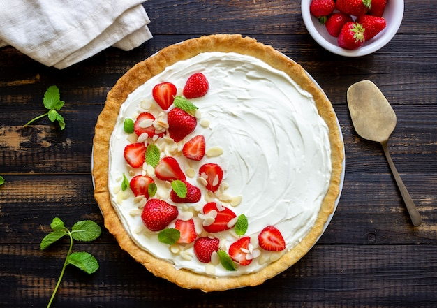 Aardbeientaart met mascarponekaas, amandelen en munt. scherp. cheesecake. taart. vegetarisch eten. recept.