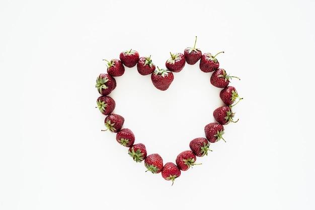 Aardbeihart de meest zomerbes smakelijke liefdesverklaring
