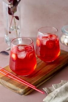 Aardbeilimonade op een roze achtergrond. koude dranken. zomer. recept.