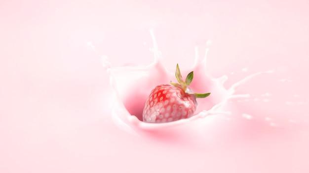 Aardbeiplons in yoghurt. gezonde voeding concept.