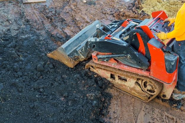 Aarde die door een bulldozer in de bouw voor backhoe beweegt