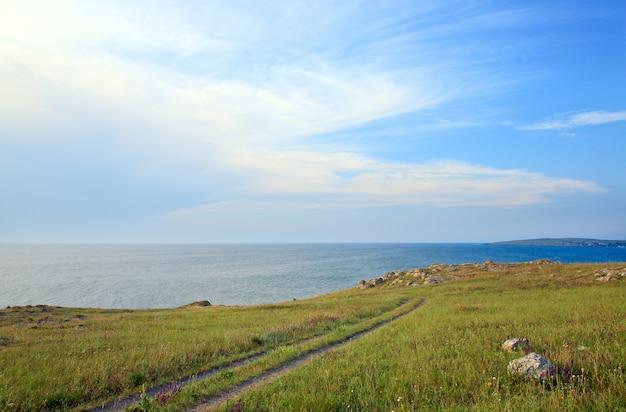 Aarde weg op prairies in de buurt van de kust van de zomerzee