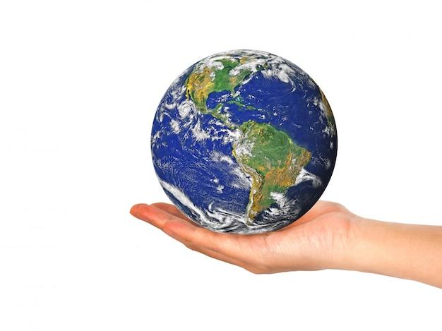 Aardeplaneet in vrouwelijke die hand op wit wordt geïsoleerd