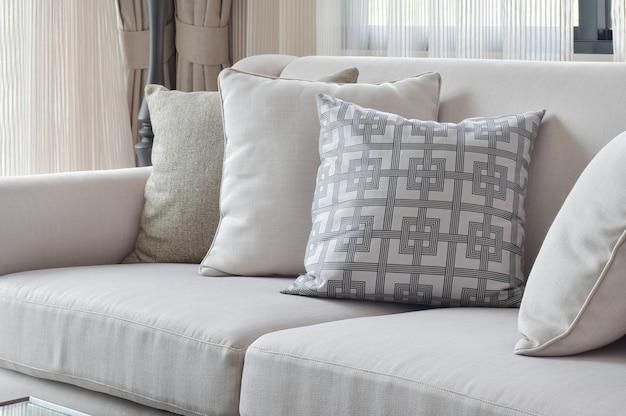 Aardetinten bankstel met varieert patroon kussens in de woonkamer