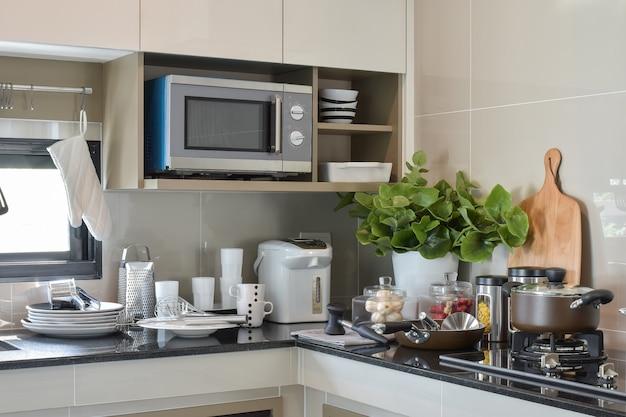 Aardewerk en keukengerei op het aanrecht in de keuken