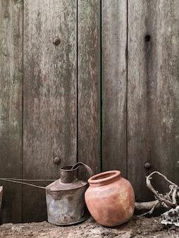 Aardewerk en oude houten achtergrond