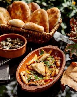 Aardewerken pan met azerbeidzjaanse kipschotel chigirtma met ui en aardappel