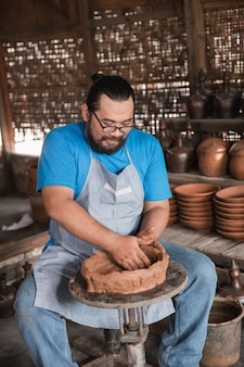 Aardewerkmaker die een prachtig keramiek maakt