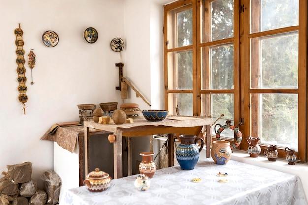 Aardewerkwerkplaats met verschillende creaties op tafel